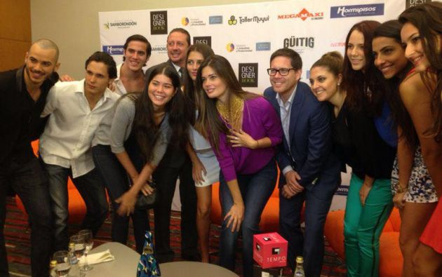 María Susana Rivadeneira y Carlos Stowhas (centro) junto al equipo de trabajo, modelos y fotógrafos. Foto: Facebook/DesignerBook
