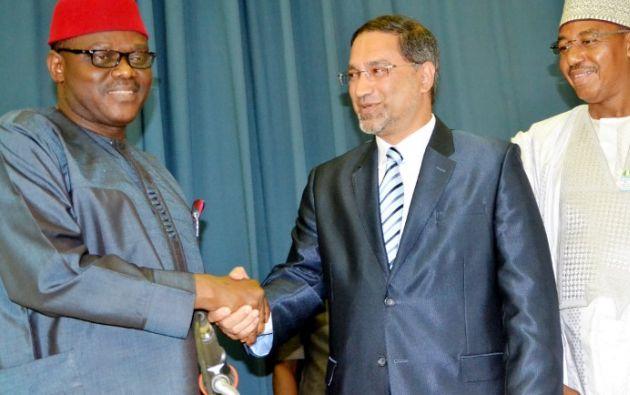 Foto: AFP. El director local de la OMS, Rui Gama Vaz, felicitando al Ministro de Salud de Nigeria, Onyebuchi Chukwu.