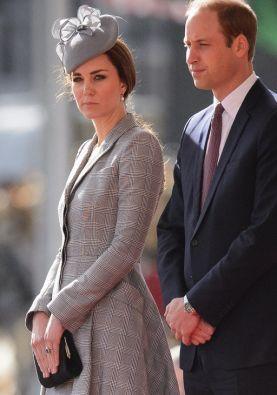 La duquesa vistió un traje y sombrero gris. Foto: AFP / Leon Neal