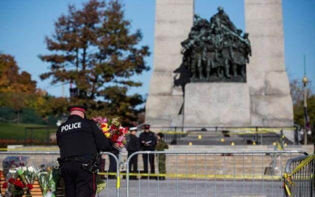 En los exteriores del Parlamento los ciudadanos dejan flores en memoria del soldado Nathan Cirillo. Foto: AFP