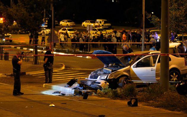 Las autoridades israelíes inspeccionan el lugar del ataque. Foto: REUTERS/Baz Ratner