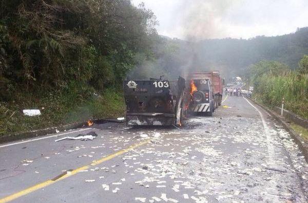 Los blindados fueron interceptados en el km 100 de la vía Lago Agrio-Quito. Foto: Twitter / Fuerzas Armadas