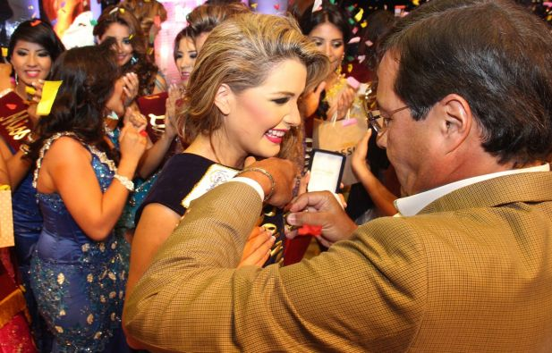 El prefecto Jimmi Jairala colocando la banda a la Reina del Guayas 2014.