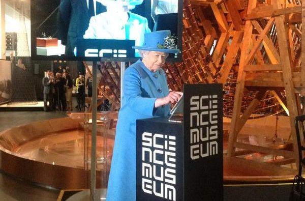 La Reina Isabel II tuiteo desde el Museo de Ciencias de Londres. Foto: Twitter / British Monarchy