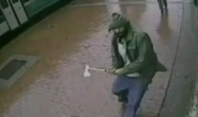 El hombre atacó con un hacha a los policías, en Nueva York. Foto: AFP