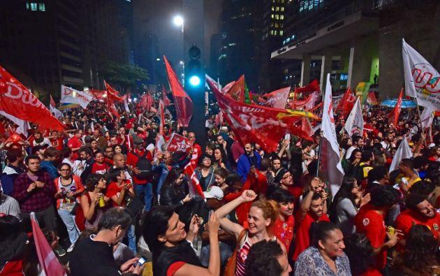 Simpatizantes de Rousseff celebrando la reelección en las calles de Brasil. Foto: AFP