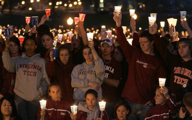 Estudiantes del Virginia Tech en una vigilia tras el ataque en 2007.
