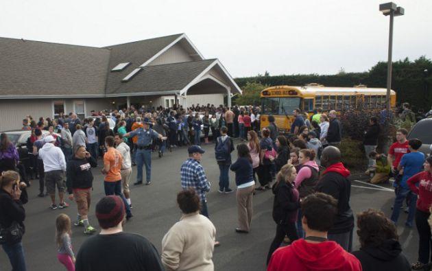 Familiares y estudiantes de la secundaria Marysville-Pilchuck el día del tiroteo. Foto: AFP