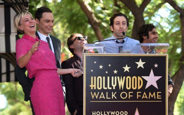 Kaley Cuoco estuvo acompañada de sus compañeros de la serie. Foto: AFP