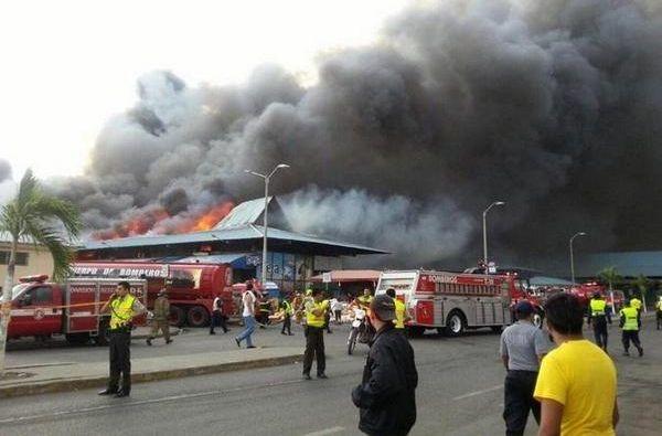 La Policía Nacional también ayudó en el siniestro. Foto: Twitter / Ecu911Samborondón