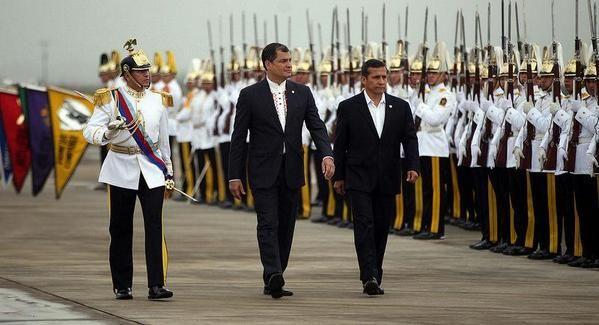 Presidentes Rafael Correa y Ollanta Humala hacen reconocimiento de tropas. Foto: Twitter / Presidencia Ecuador