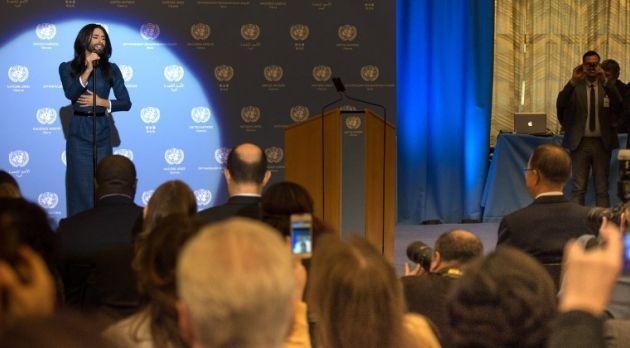 Ante cientos de empleados de la ONU en Viena, Conchita cantó en directo dos canciones. Foto: AFP
