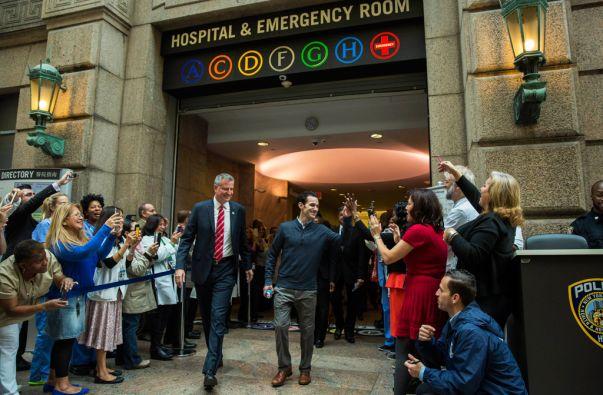 El alcalde Bill de Blasio acompañó a Craig Spencer tras su salida del Bellevue Hospital. Foto: REUTERS/Lucas Jackson