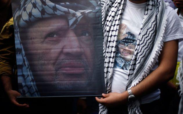 Un palestino lleva una camiseta y un cartel con el rostro de Arafat en Al-Azhar, ciudad de Gaza. Foto: REUTERS/Suhaib Salem