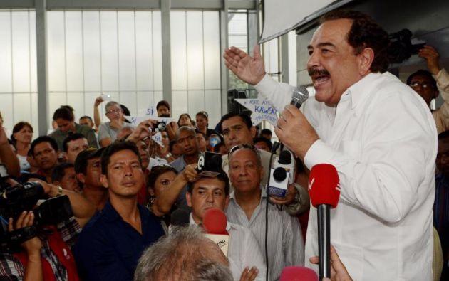 El alcalde llegó en la tarde al Centro de Exposiciones de la Plaza Baquerizo Moreno.