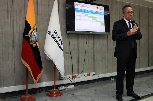 El ministro en la rueda de prensa. Foto: Twitter / Educación Ecuador