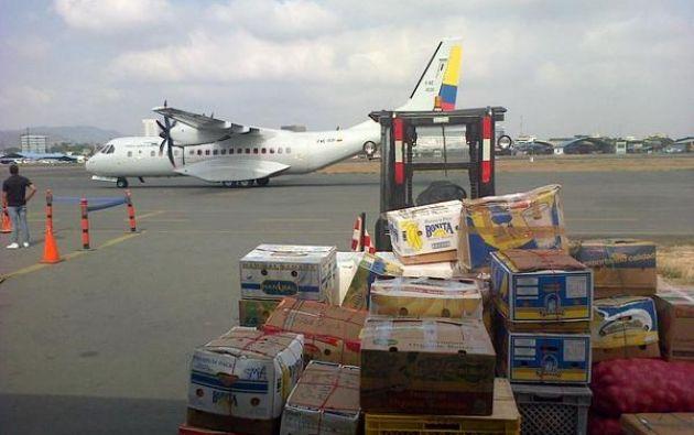 Avión de la FAE ya llevó víveres a la isla. Foto: FAE