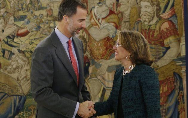 El rey Felipe VI recibe el saludo de la Secretaria General Iberoamericana, Rebeca Grynspan. Foto: Flickr / Segib