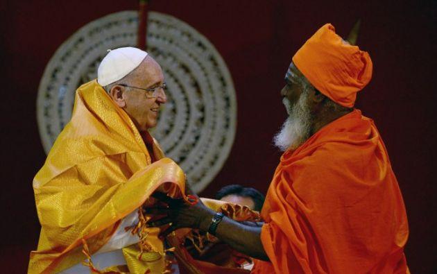 El papa y el ministro Kurukkal SivaSri T Mahadeva. Foto: AFP