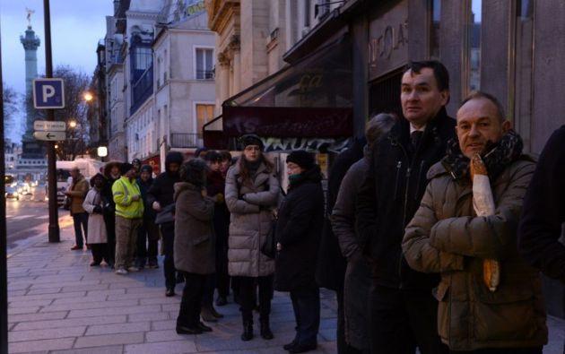 Las personas hicieron fila desde muy temprano para conseguir la edición. Foto: AFP