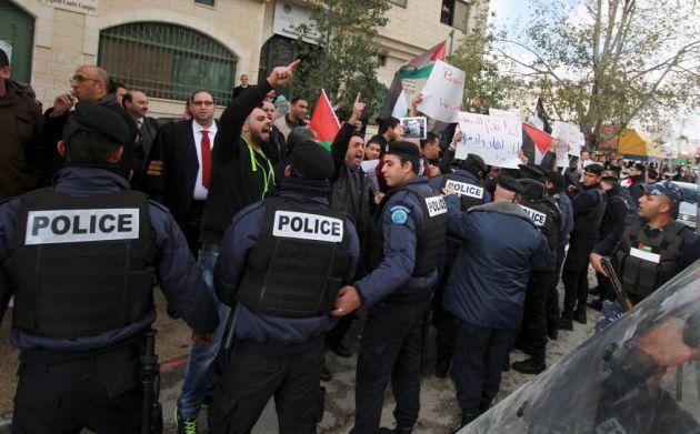 Miembros de la policía tratan de controlar a quienes protestaban contra el ministro canadiense John Baird. Foto: REUTERS