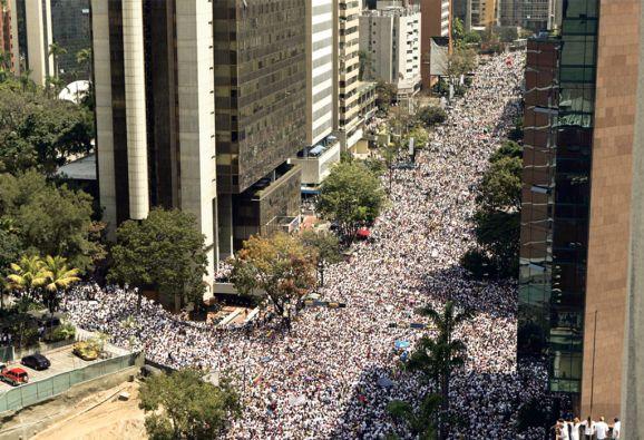 Una de las últimas marchas multitudinarias en Caracas fue la entrega del opositor Leopoldo López.