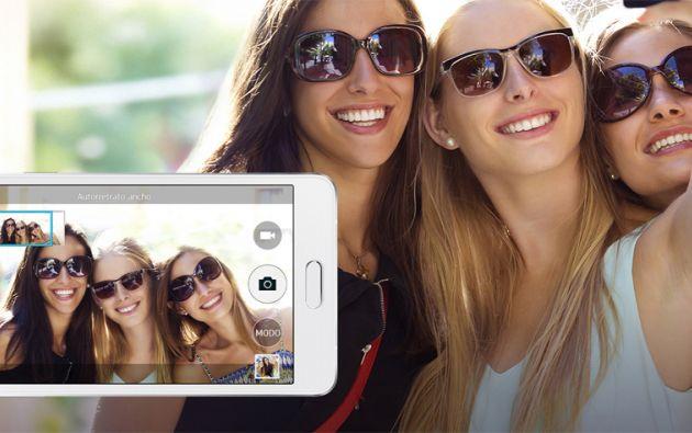 """Los teléfonos fueron diseñados para responder al fenómeno del """"selfie""""."""