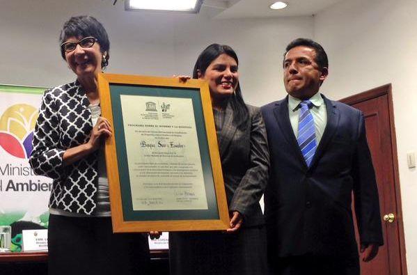 Ministra Lorena Tapia recibiendo el reconocimiento de la Unesco. Foto: Twitter / Ambiente Ecuador