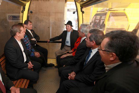 El canciller Ricardo Patiño y el embajador Ricardo Ulcuango también viajaron en el teleférico. Foto: FLICKR/Presidencia de Ecuador