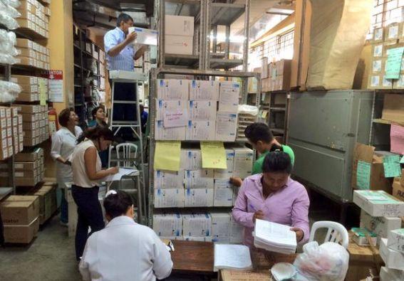 Personal del IESS inspeccionando los medicamentos. Foto: Twitter / IESS