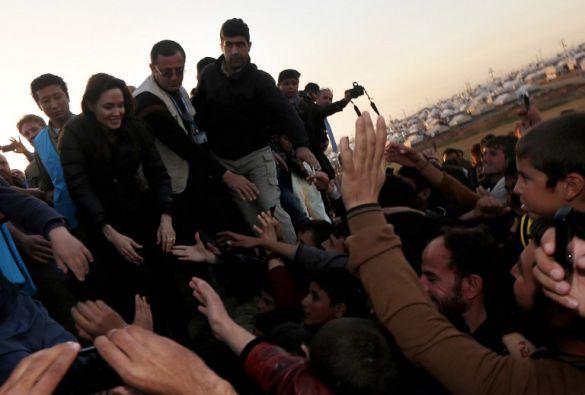 Jolie visitó el campo de desplazados de Khanké, norte de Irak. Foto: AFP / Safin Hamed