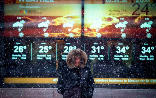 Una mujer soporta una caída de nieve Times Square. Foto: REUTERS/Mike Segar