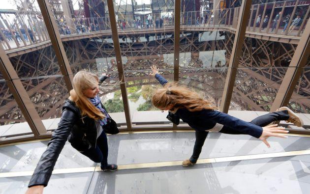 La torre ahora cuenta con un piso cristalizado, lo que ha llamado la atención de los turistas. Foto: REUTERS