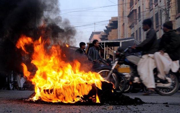Miembros de la comunidad chiita prendieron llantas durante la protesta.