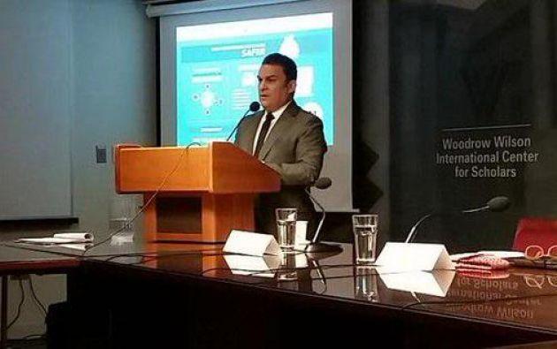 Ministro José Serrano exponiendo. Foto: Twitter / Ministerio del Interior