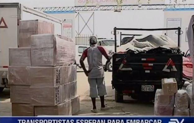 Transportistas esperan para enviar los productos de primera necesidad.