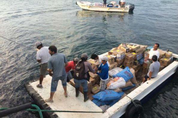Habitantes de la isla Florenana reciben la carga del buque encallado. Foto: Twitter / Parque Nacional Galápagos
