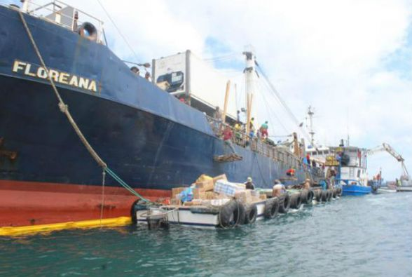 Tareas de desembarque de la carga del buque Floreana. Foto: Twitter / Parque Nacional Galápagos