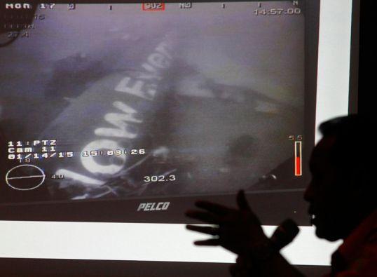 Los esfuerzos se concentran en recuperar los cuerpos que podrían estar atrapadas en el fuselaje del avión. Foto: REUTERS