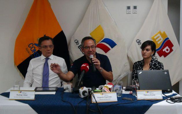Augusto Espinosa (centro), junto a Rodrigo Vélez del Consep, y Patricia Granja del MSP. Foto: Cortesía MinEduc