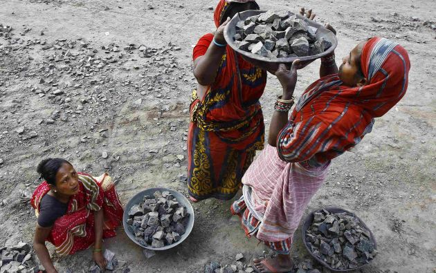 Un grupo de mujeres en Calcuta (India) trabajan para la construcción de infraestructura, que incluye un sistema de aguas residuales. Foto: REUTERS