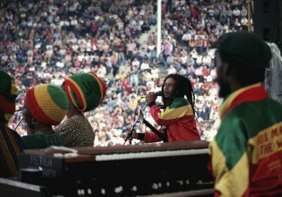 """El experto Ray Hitchins sostiene que Marley es más famoso ahora que antes de fallecer, en gran parte a la comercialización sistemática de su imagen hasta convertirlo en un """"sinónimo de Jamaica""""."""