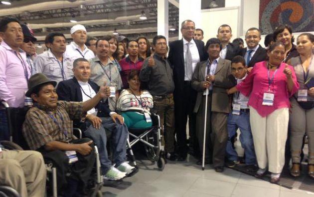 El vicepresidente de la República, jorge Glas, junto a un grupo de participantes. Foto: Twitter Vicepresidencia del Ecuador