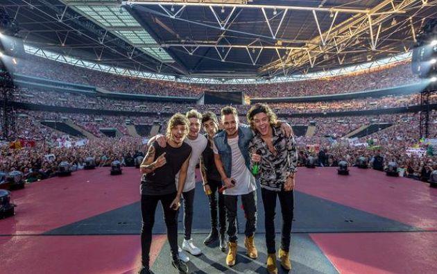 El grupo One Direction posa en un concierto en el 2014. Simon Cowell impulsó la carrera del grupo y ahora busca formar una banda de chicos latinos. Foto: Twitter One Direction.