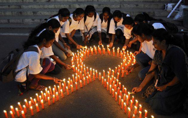 Un grupo de personas en bengaluru (India) prende velas con forma de lazo para promover la prevención y concienciación del cáncer por el día mundial de este mal. Foto: REUTERS