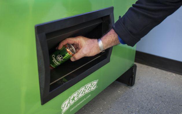 Stephen Shearin, presidente de American Green, la empresa dueña de estas máquinas, demostró el funcionamiento sacando la bebida Canna Energy Mango. Foto: REUTERS