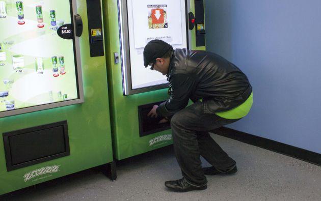 Un hombre saca galletas hechas a base de marihuana. Foto: REUTERS