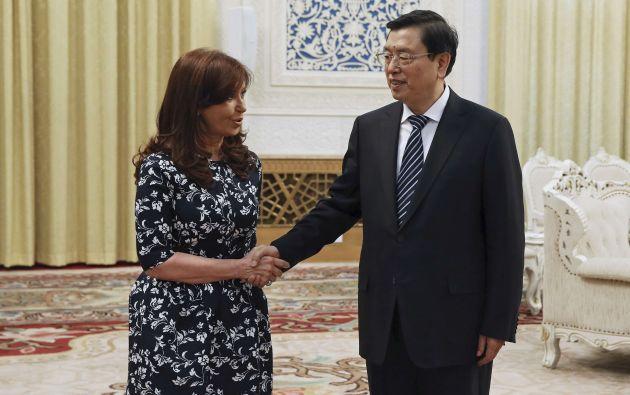 Cristina Fernández saluda con Zhang Dejiang, Presidente del Comité Permanente de la Asamblea Popular Nacional de China. Foto: REUTERS.