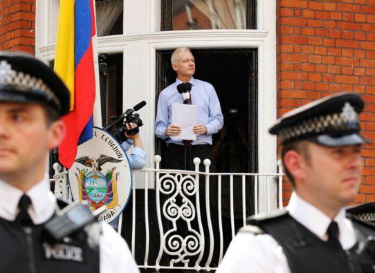 Assange se refugió en la Embajada de Ecuador en Londres en junio de 2012 para evitar su extradición a Suecia. Foto: REUTERS