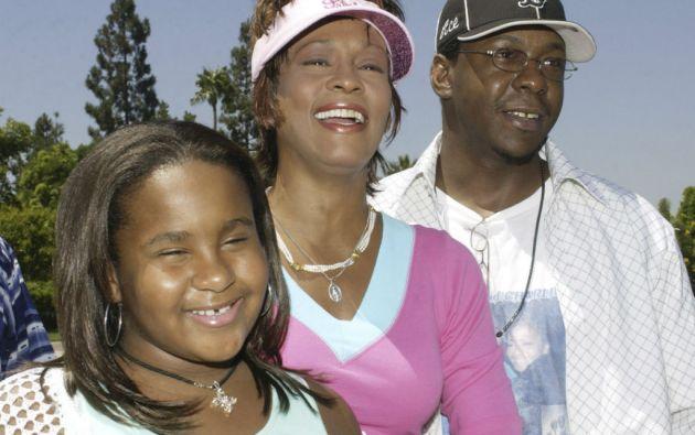 Whitney Houston y Bobby Brown junto a su hija en 2004. Foto: REUTERS
